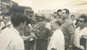 En-el-aeropuerto-de-Hanoi-tras-regresar-de-la-visita-al-Sur-580x335