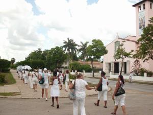 damas-de-blanco-el-28-de-agosto-caminan-frente-a-santa-rita-foto-hablemos-press