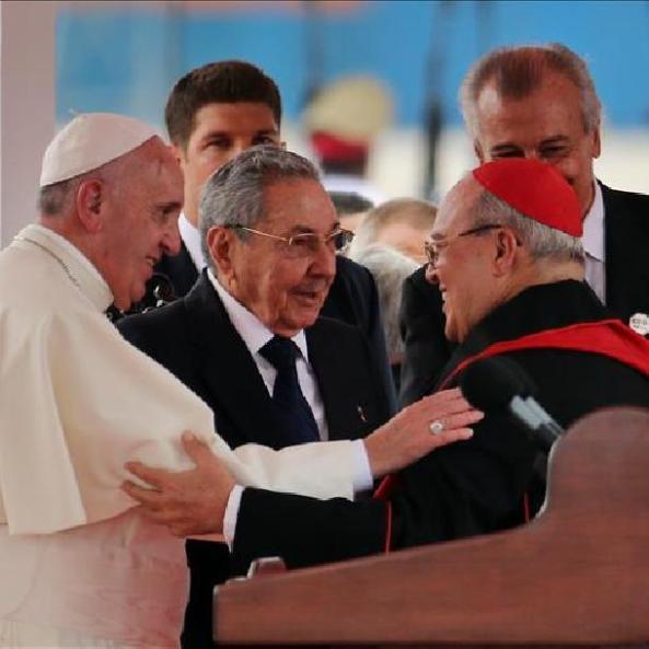 el-papa-francisco-i-saluda-al-arzobispo-la-arquidiocesis-la-habana-jaime-ortega-d-junto-al-presidente-cuba-raul-castro-c-este-19-septiembre-la-habana-cuba-efe-i01530005188646100