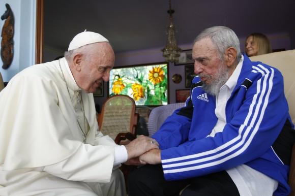 Fidel-y-el-Papa-Saludo-Final-2-580x386